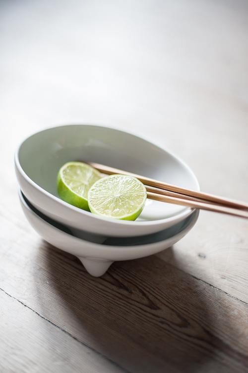 Salaten skal spises af skål med pinde og ekstra lime