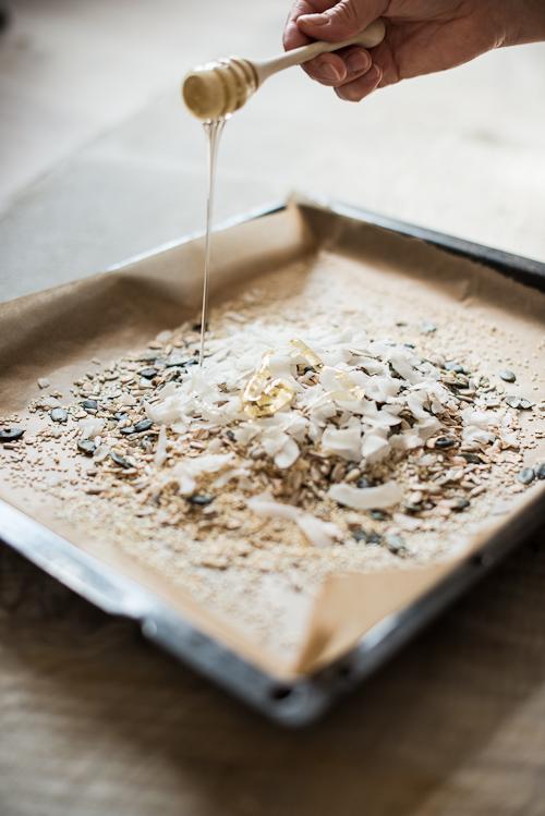 Alle ingredienser lægges i bradepanden og der dryppes med flydende honning