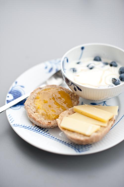 Dejlig morgenmad med hjemmebagte boller, syltetøj, yoghurt, blåbær, honning og lidt god hjemmebragt Gruyere