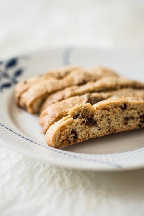 Biscotti med tørrede kirsebær, mandler og den dejligste hvide Amedei chokolade