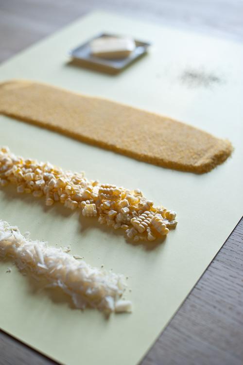 Simple ingredienser: parmesan, majskerner, grov polenta, smør og friskkværnet peber