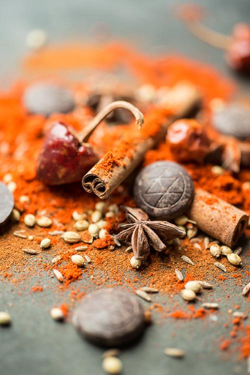 Smukke krydderier: barske, indiske chili, stjerneanis, kanel, røget paprika, alm paprika, spidskommen og mørk chokolade fra Amedei