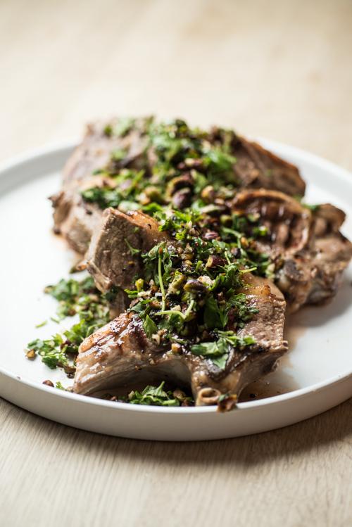 Skønne økologiske lammekoteletter med chilihonning marinade og pistacienødder