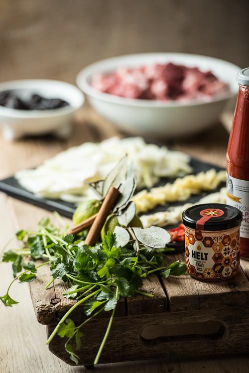 Smag til og garnér med masser af frisk koriander