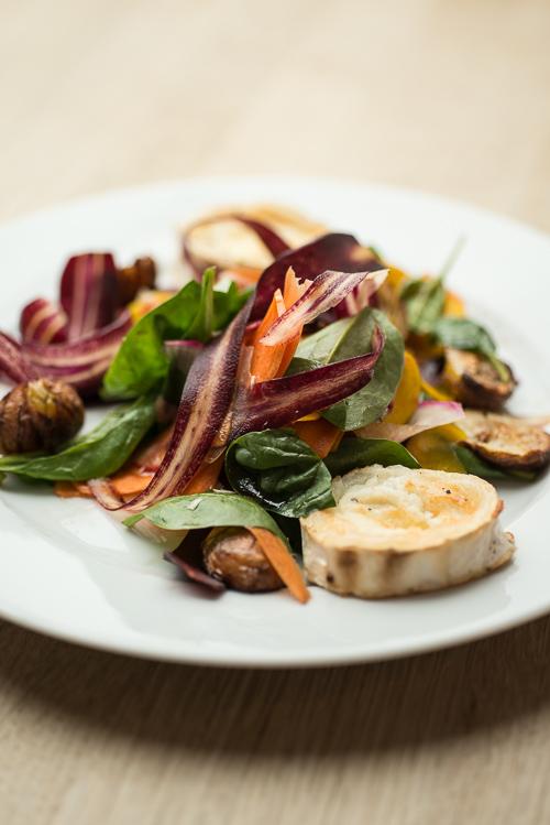 Salat med smukke rodfrugter, grillet gedeost og kastanjer eller nødder