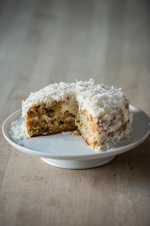 En skøn saftig kage med masser af kokos og hele nødder - mums