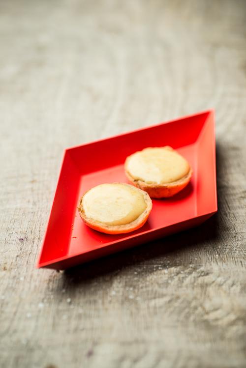 Små tærter med saltkaramel og mandarincurd