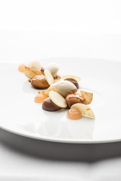 Æbledessert med macedemia og chokolade