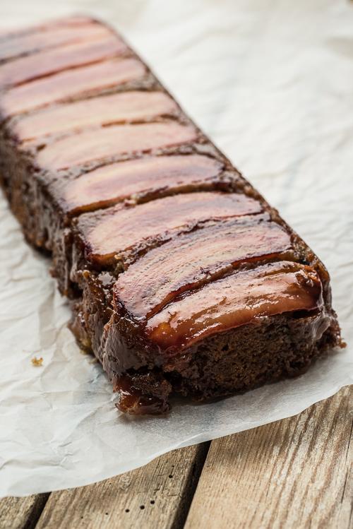 Det mørke sukker gør kagen ekstra mørk - det skal du ikke lade dig skræmme af