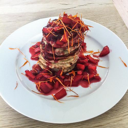 Skønne pandekager med blommekompot og tørrede morgenfruer