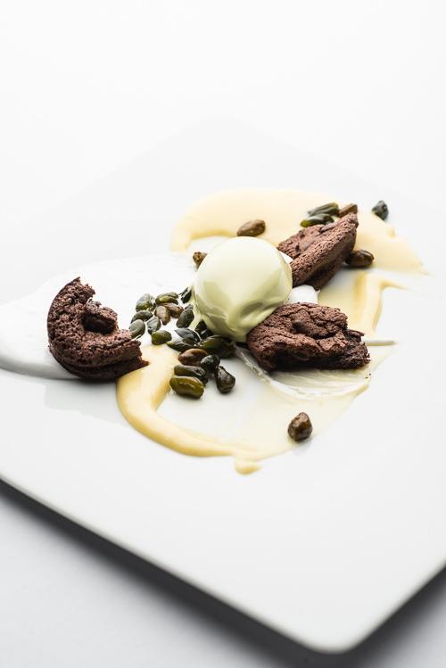 Chokoladekage, lemoncurd, marengs og pistacie
