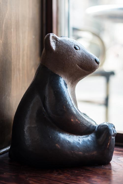 En bjørn i vinduet