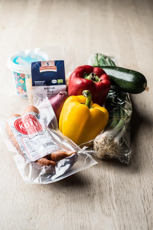 Peberfrugter, squash, bulgur og pølser