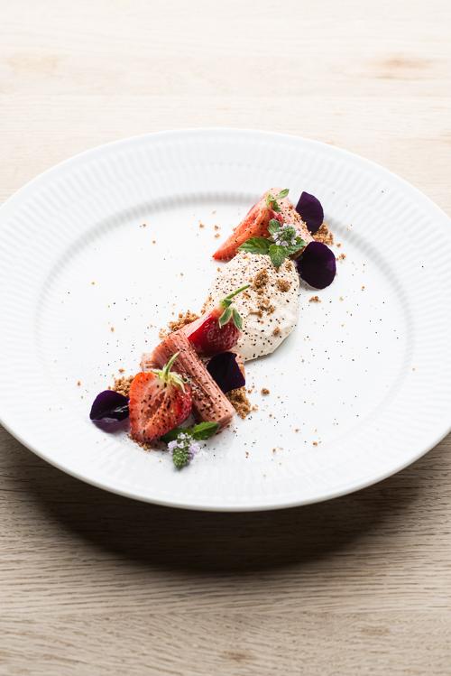 Nem dessert til weekenden: Ymerfromage med bagte rabarber, lakrids og nye, danske jordbær ...