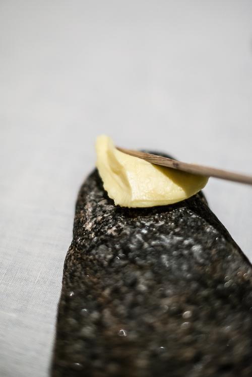 Hjemmekærnet smør serveret på iskolde sten