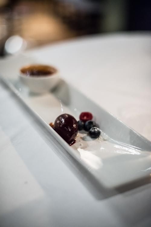 Nydelig dessert tallerken med creme brulee, sorbet og bær