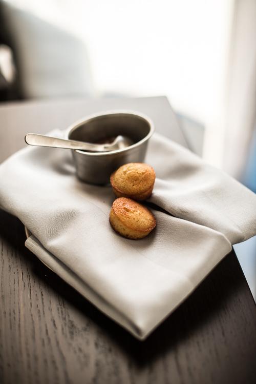 Små pebermadeleines serveret med rabarbersyltetøj