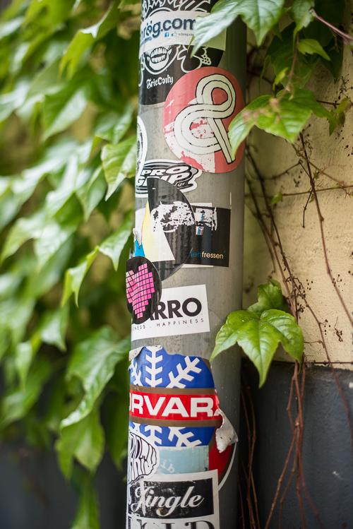Grafitti, klistermærker og gamle plakater ses overalt i Berlin