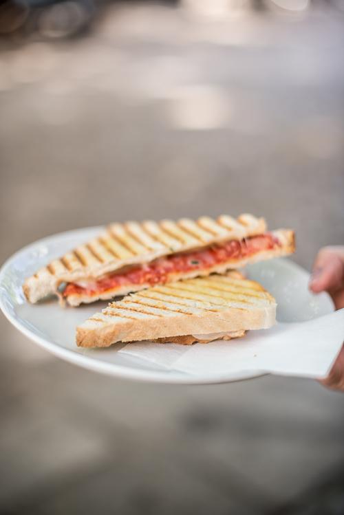 Sprød og varm toast med chorizo og ost