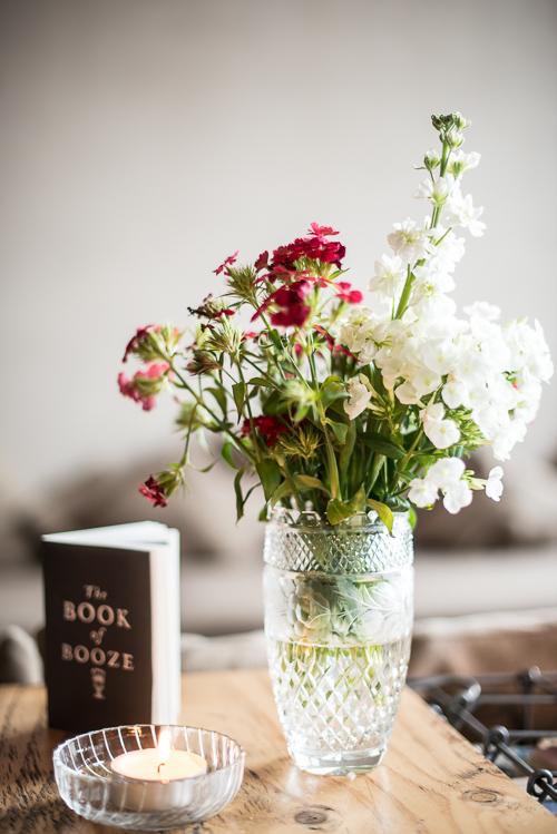 Blomster i vaserne og personlige cocktailkort