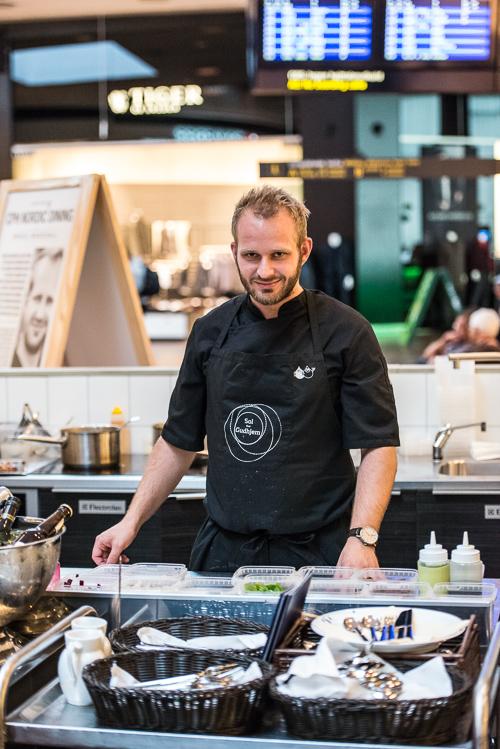 Mikkel i sit midlertidige køkken