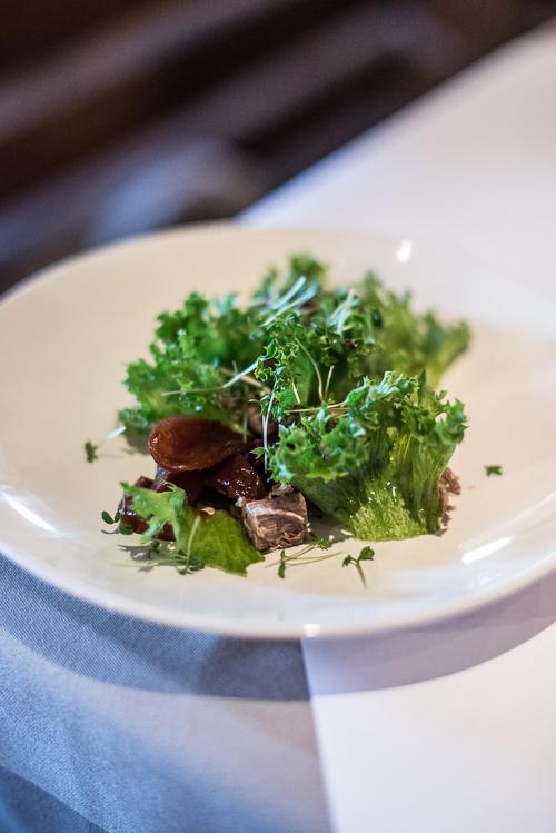 Plukket kalv med sprød salat og syltede rødløg