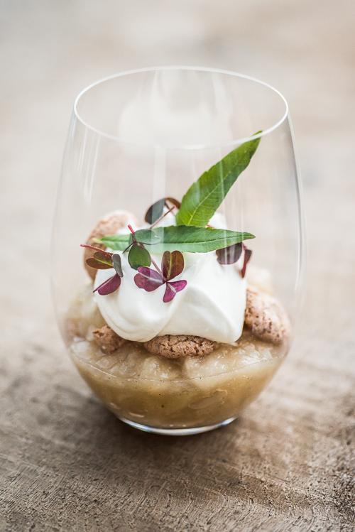 Gammeldags æblekage i et smukt moderne vinglas uden stilk fra Riedel