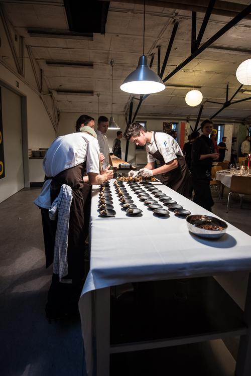 Kokkene hjælper hinanden med at anrette Eriks anden servering