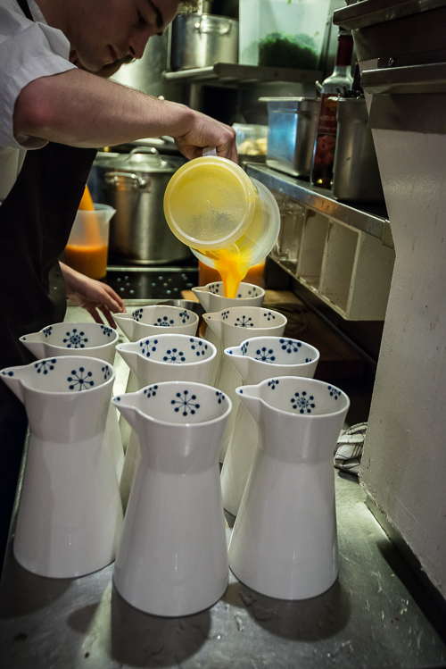 Gulerodssuppe gøres klar til servering