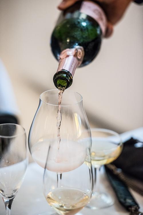 Deutz Rosé skænkes i et pinot noir glas