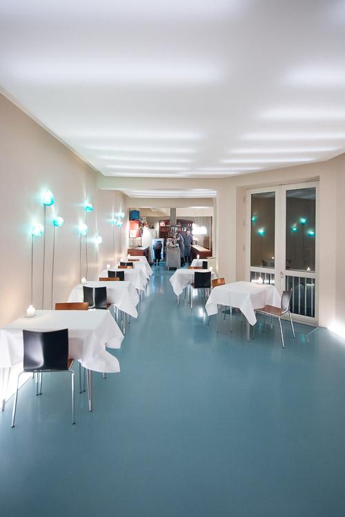 Fløjdørene slåes op til spisestuen/restauranten