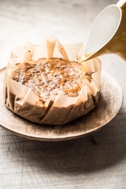 Vær grundig med at få hældt sirup over hele kagen