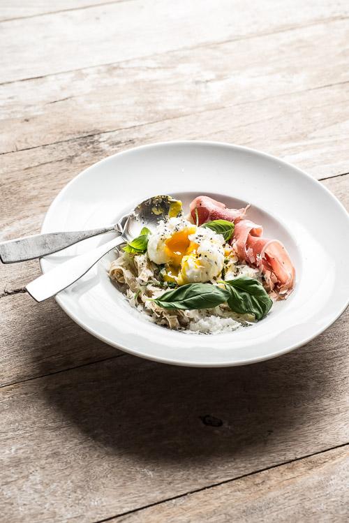 Pasta carbonara med pocheret æg, parmaskinke og rucola