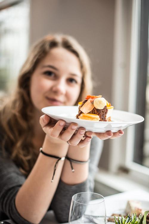Astrid med sin tallerken