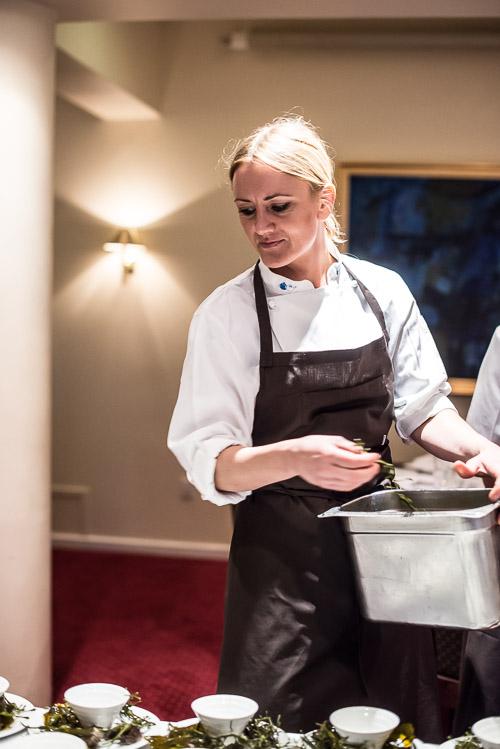 Smukke Mie hjælper med pynten på Adriens servering