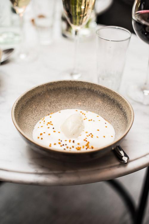 Dessert, som den bør se ud i nordisk regi: honning, kamille, citron og kærnemælk