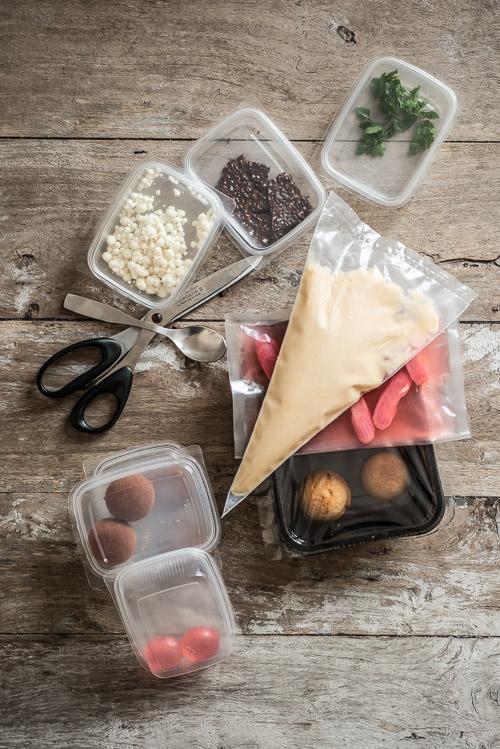 Alt er pakket og gjort helt klar - du skal kun finde tallerkner, en teske og en saks
