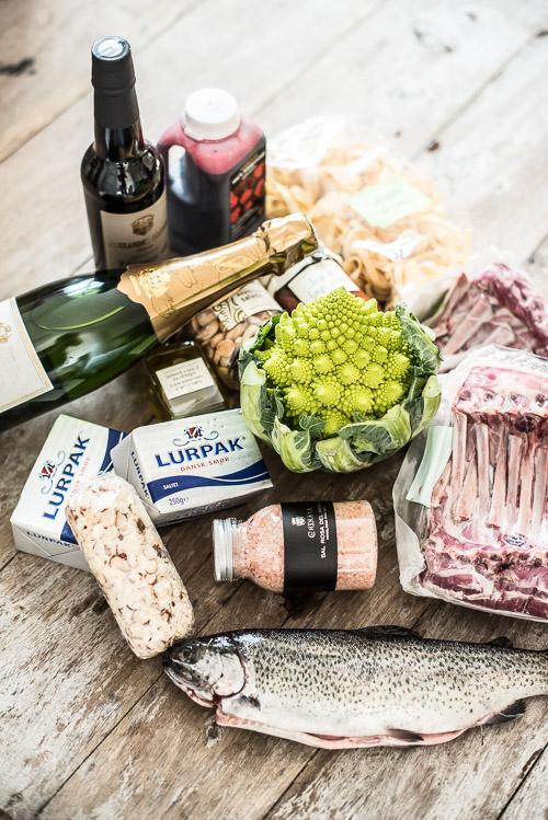Et eksempel på en hemmelig boks med lammekrone, ørred, salte mandler, pasta, tomatsauce med karl johan, smør, rødbedejuice, sherry eddike, trøffel olie, champagne, romanesco, salt og cognac ost
