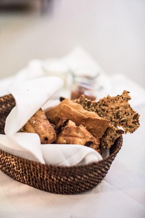 Brødkurven med to slags scones og to slags knækbrød